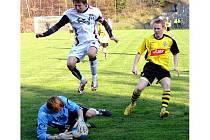 Fotbalisté Valašského Meziříčí (v bílém dresu kapitán Josef Mikula) prohráli v Jakubčovicích 1:3.