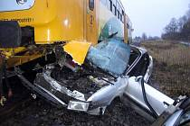 Osobní vůz Audi 80 srazil v neděli časně ráno na přejezdu u Stříteže nad Bečvou projíždějící motorový vlak. Řidič auta se při střetu zranil.