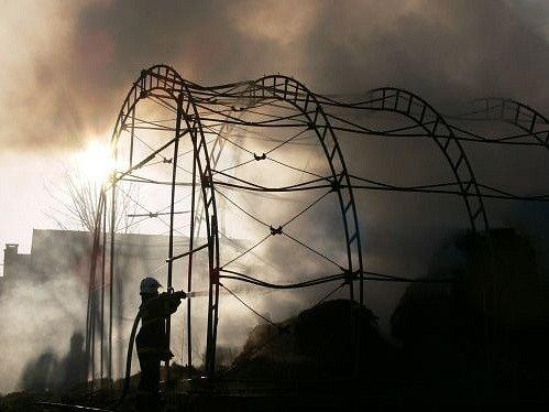 Oheň zničil halu v Podlesí