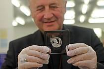 Slavnostní ražba pamětní mince s motivem sv. Jana Sarkandra arcibiskupem Janem Graubnerem.