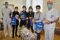 Knihovníci pomohli, nabalili vitaminy pro zdravotníky Vsetínské nemocnice