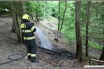 Hasiči města Rožnov pod Radhoštěm likvidují v sobotu 12. června 2021 odpoledne požár v lese v rožnovské místní části Koryčanské paseky.