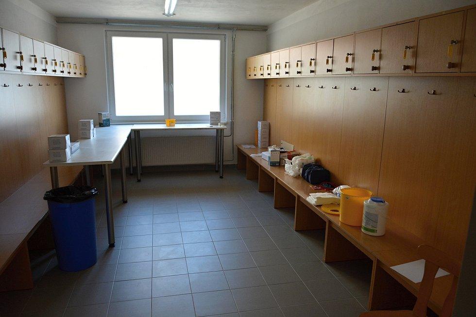 Víceúčelová sportovní hala ve Vsetíně se na přelomu března a dubna 2021 proměnila na velkokapacitní očkovací centrum.