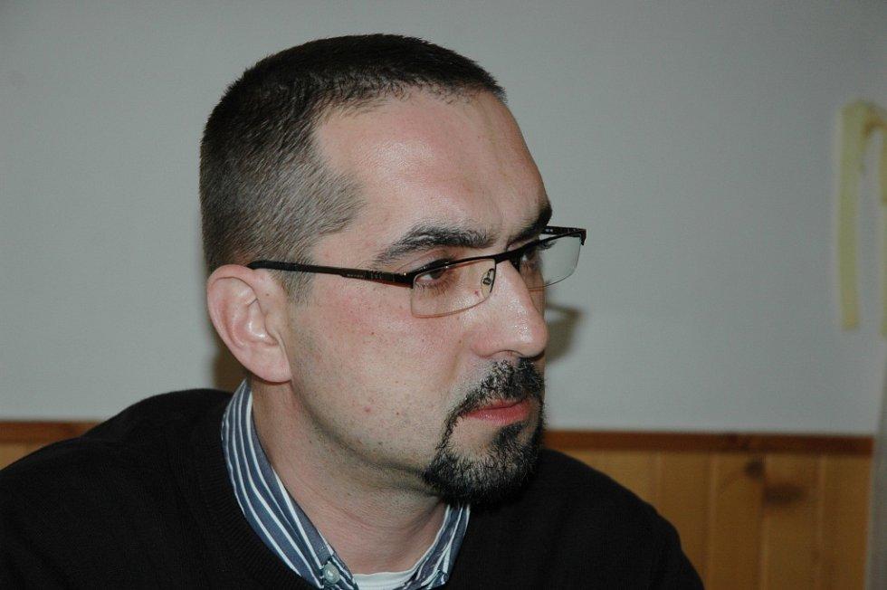 Prodiskutovat problémy v Základní a Mateřské škole v Janové přijel s obyvateli vesnice poslanec Parlamentu ČR Petr Kořenek.