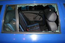 Nepozorný cyklista nedal přednost řidičce auta na kruhovém objezdu, spadl z kola a hlavou narazil do skla na jejím voze.