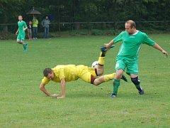 Fotbalisté Kladerub (žluté dresy) doma prohráli s vedoucí Jarcovou 1:2.