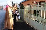 Ve Lhotě u Vsetína chodilo 6. ledna 2018 pět skupin tříkrálových koledníků. Jednu z nich tvořila třináctiletá Tereza, čtrnáctiletá Gabriela a šestnáctiletá Klára.
