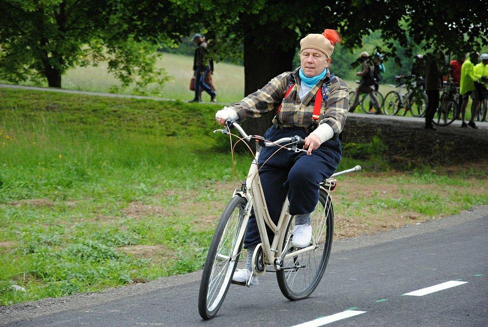 Cyklisté projíždějí po nově otevřeném úseku cyklostezky mezi Poličnou a Brankami na Valašskomeziříčsku; pátek 29. května 2020