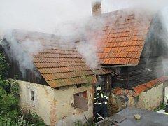 Požár střešní konstrukce jednopodlažního rodinného domku v obci Mikulůvka.