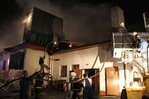 Rozsáhlý požár v technologiích dřevovýroby v Prlově