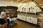 Návštěvníci rožnovského skanzenu si prohlížejí výstavu Libušín znovuzrozený; Valašské muzeum v přírodě v Rožnově, Sušák, 1. patro, srpen 2020