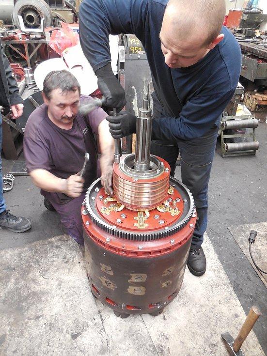 Motorový vůz M 290.002 známý jako Slovenská strela se dočkal v letech 2018-2020 opravy. Hnacího agregátu se ujala firma Mezopravna Vsetín. Úprava sběrného ústrojí generátoru 2 - pan Vlček, Trochta