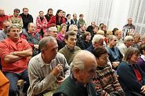 Veřejná schůze nespokojených občanů valašskomeziříčské městské části Krhová. Ilustrační foto.