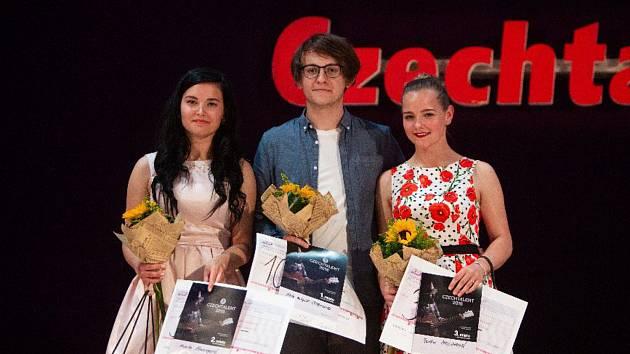 Kamila Polonyová (vlevo), mladá zpěvačka ze Vsetína, získala stříbrnou medaili ve třiadvacátém ročníku pěvecké soutěže Czechtalent.Na snímku s vítězem soutěže Petrem Matyášem Cibulkou z Hradce Králové a bronzovou Radkou Mrlinovou z Ratiboře.