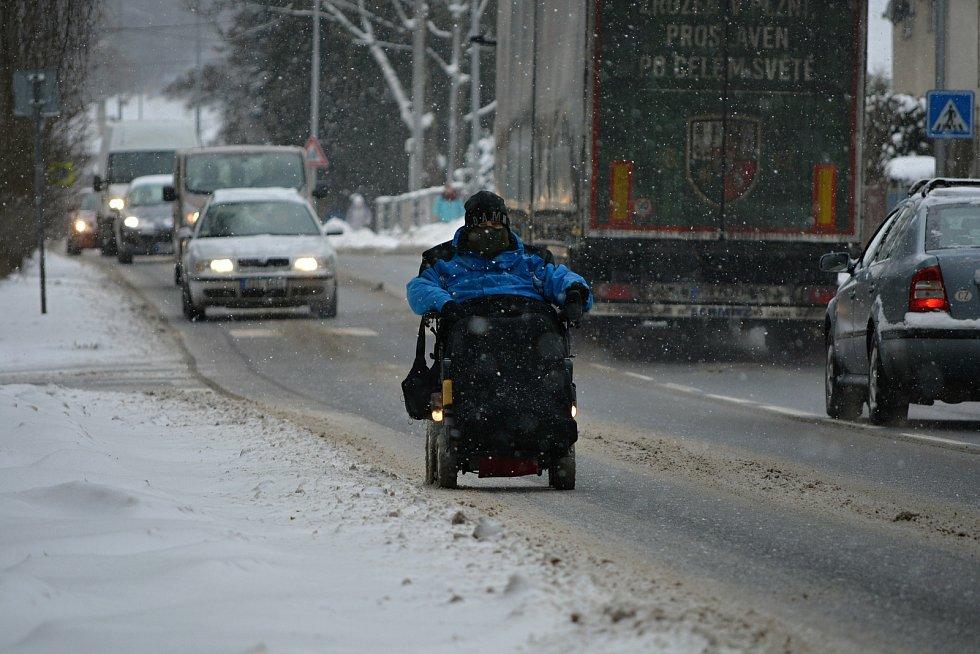 Tomáš Hajda ze Vsetína dojíždí do práce na invalidním vozíku každý den za každého počasí. Sněhová nadílka ho zastihla 11. února 2021.