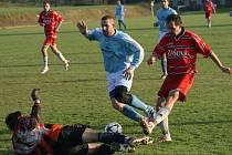 Fotbalisté Zašové (červené dresy) dopma porazili Lhotu u Vsetína 3:1.