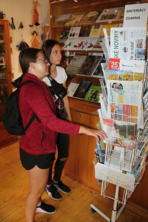 Velké Karlovice se těší velké oblibě turistů. Výjimkou nebyl ani poslední prázdninový týden roku 2020. V turistickém informačním centru se dveře netrhnou.