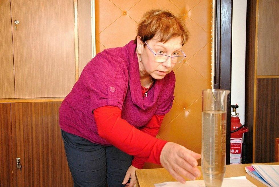 Pracovnice valašskomeziříčské hvězdárny Ladislava Orlová při měření výšky sněhové pokrývky a při odebírání, zpracování a vyhodnocování vzorků sněhu.