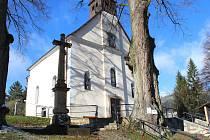 Ve Zděchově dokončili dělníci první etapu stavebních prací u místního hřbitova. Projekt zahrnoval především úpravy prostranství před kostelem včetně nových kamenných schodů.