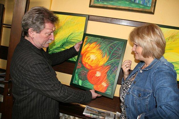 Malířka Hana Bednářová zahájila v úterý 18. března výstavu svých obrazů v meziříčské kavárně U Orla. Na snímku vlevo ji při instalaci obrazů asistuje provozovatel kavárny Josef Pernický