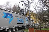 Kamion poškodil transformátor elektrického vedení