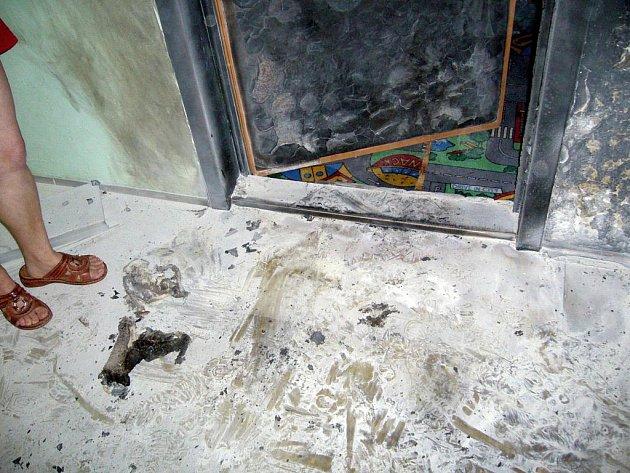 Požár vchodových dveří dvou bytů ve Valašském Meziříčí