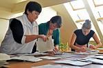 Členové volební komise druhého okrsku ve Valašské Bystřici sčítají odevzdané hlasy v předčasných volbách do Parlamentu České republiky
