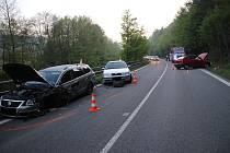Nehoda na Rožnovsku zablokovala silnici téměř na pět hodin. Srazila se tři auta.