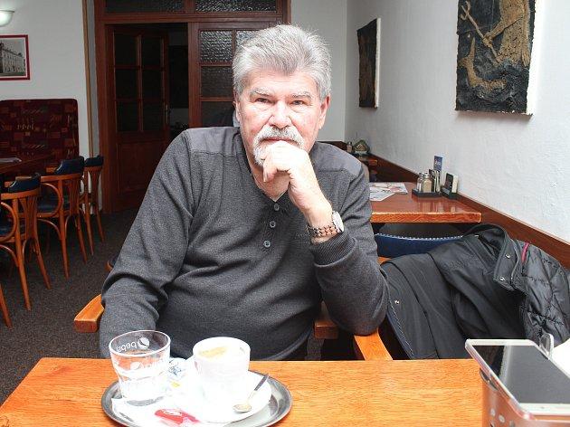 Reliéfy na stěnách v době, kdy restaurace fungovala a navštěvovali ji členové vsetínského fotoklubu. Na snímku František Novotný v lednu 2018.