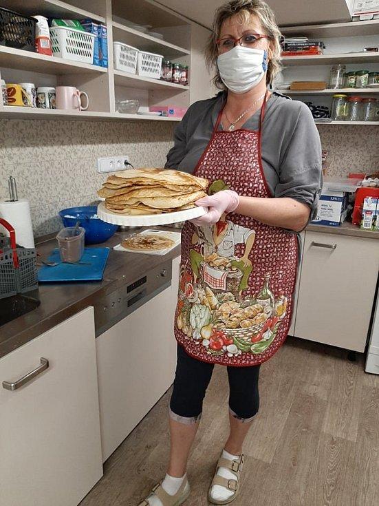 Pracovnice Diakonie Vsetín s napečenými dobrotami pro klienty Domova Jabloňová ve Vsetíně.