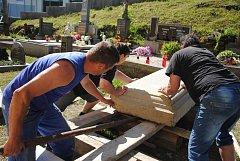 Ukládání cca 1 tunu vážícího náhrobního kamene na opravený hrob Aloise Mikyšky ve Veselé. Akci bylo nutné provést ručně, bez použití jeřábu, protože nad místem procházejí dráty elektrického vedení; pondělí 7. května 2018