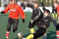 Fotbalisté Velkých Karlovic+Karolinky (černé dresy) na zimním turnaji v Novém Jičíně.