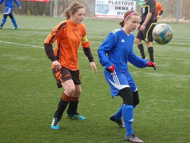 V prvním jarním utkání fotbalistky Valašského Meziříčí (oranžové dresy) podlehly Olomouci 1:4.
