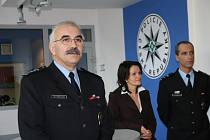 Otevření recepce na policejní služebně v Rožnově pod Radhoštěn. Vlevo ředitel okresního ředitelství Vsetín Vladimír Novák