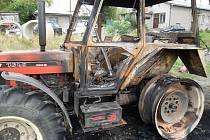 Hořící traktor objevili ve čtvrtek ráno policisté na farmě v Hutisku-Solanci na Vsetínsku.