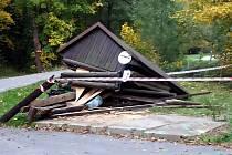 Trosky zastávky na autobusové točně na Dolních pasekách v Rožnově pod Radhoštěm, kterou v sobotu 12. října 2019 zničil autem opilý osmnáctiletý místní mladík.