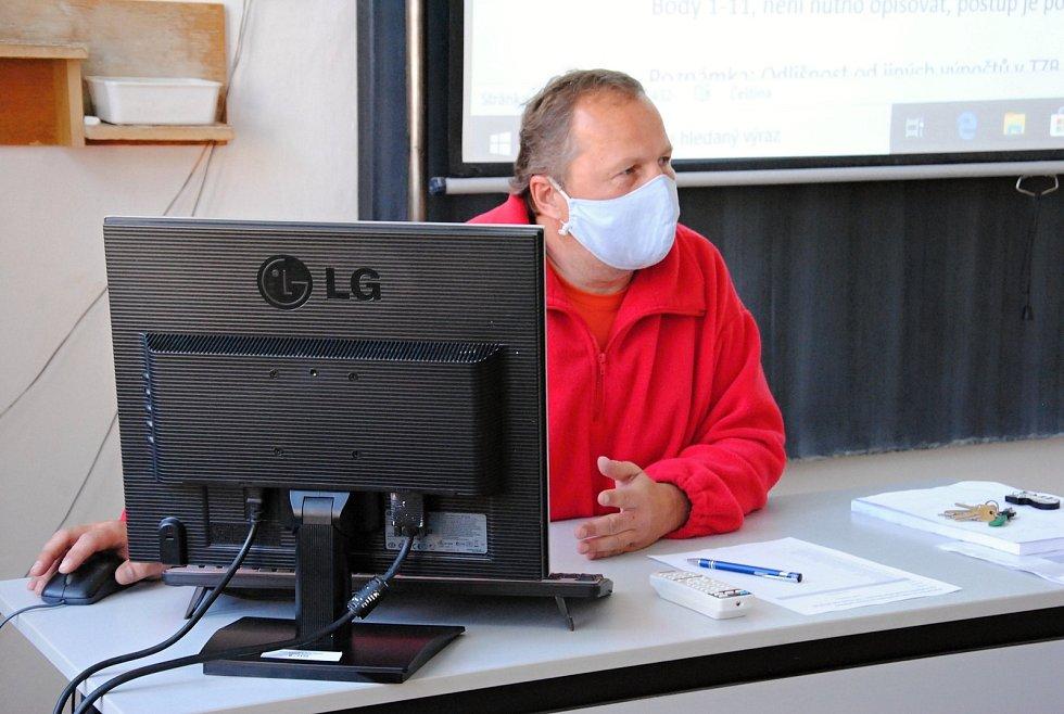 Střední průmyslová škola stavební ve Valašském Meziříčí se po dvouměsíčním uzavření kvůli koronaviru v pondělí 11. května 2020 otevřela ke konzultacím žáků posledních ročníků. Na snímku učitel odborných předmětů Petr Pobořil.