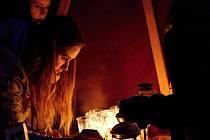 Vsetínští skauti rozdávají betlémské světlo.