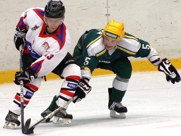 Druhá hokejová liga: Vsetín (zelené dresy) vs. Uherské Hradiště.