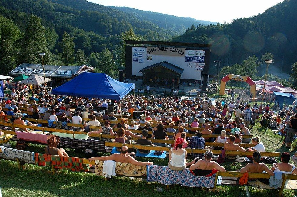 Zaplněný areál letního kina v Bystřičce na Vsetínsku během tradičního letního country festivalu Starý dobrý western.