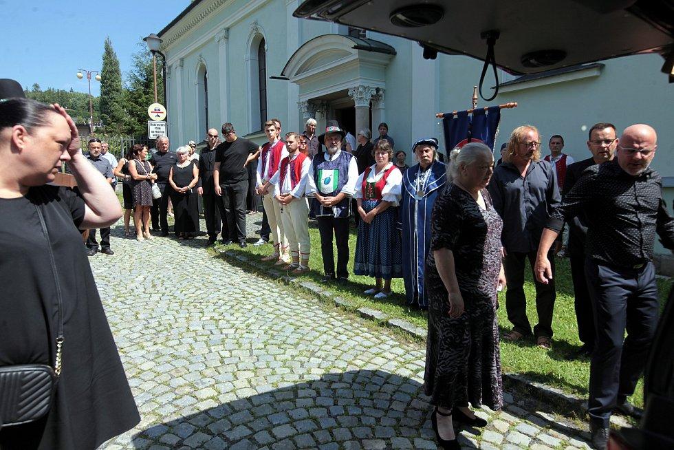 Do hudebního nebe odešel v sobotu 24. července zpěvák s nezaměnitelným hlasem a projevem, herec, výtvarník a jedna z nejvýraznějších osobností Valašska. Rodina a kamarádi se s ním naposledy rozloučili v pátek 30. července ve vsetínském kostele.