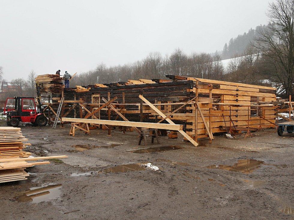 Ve Valašském muzeu v přírodě v Rožnově pod Radhoštěm budují nový areál zaměřený s názvem Kolibiska (na snímku roubení hájovny z Valašské Bystřice)