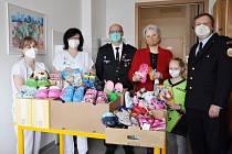 Čtyři desítky párů dětských přezůvek, kreslící potřeby, sirupy a hračky předali dobrovolní hasiči z Velkých Karlovic-Podťatého dětskému oddělení Vsetínské nemocnice.