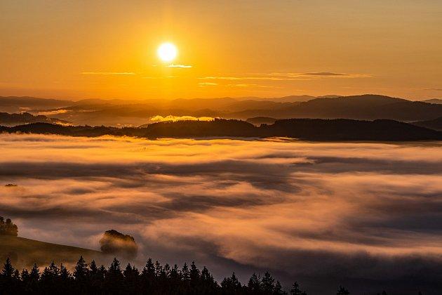 Úchvatné Valašsko a východ slunce na Vartovně