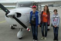 Vyhlídkový let si Vlastislav Šulák, Monika Trochtová a Šárka Bělotová (zleva) užili.