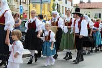 Průvod doprovodily stovky lidí. Krojované procesí se vydalo z rožnovského farního kostela Všech svatých do Dřevěného městečka.