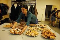 Bačovský košt pálenek a jablečných štrúdlů v sobotu 29. února 2020 v kulturním domě ve valašskomeziříčské městské části Hrachovec uspořádali členové folklorního souboru Bača.