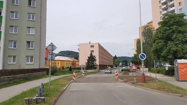 Jiráskova ulice ve Vsetíně je po rozsáhlé havárii z 24. července a opravách opět průjezdná (7. srpna 2019)