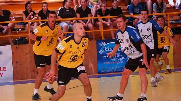 Házenkáři Gumáren Zubří (ve žlutém), s míčem Michal Dědek.