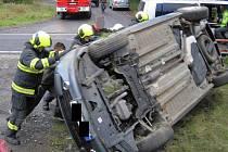 Auto po nehodě skončilo na střeše, řidička se lehce zranila